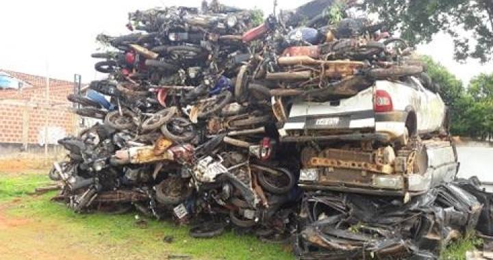 Veículos apreendidos e que foram abandonados pelos seus proprietários viram sucata e serão prensados.