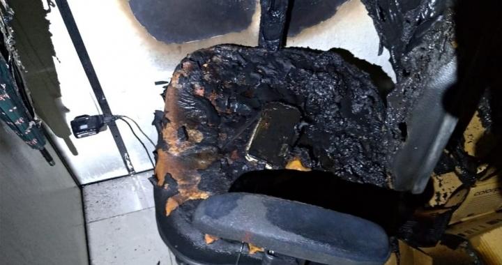 Celular esquecido conectado à tomada em cadeira provoca incêndio em sala de prédio comercial em Cuiabá