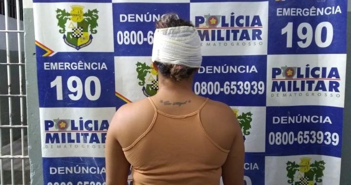 Mulher é presa após correr com uma faca atrás do marido pela rua, atingir o cunhado e chutar policial em MT