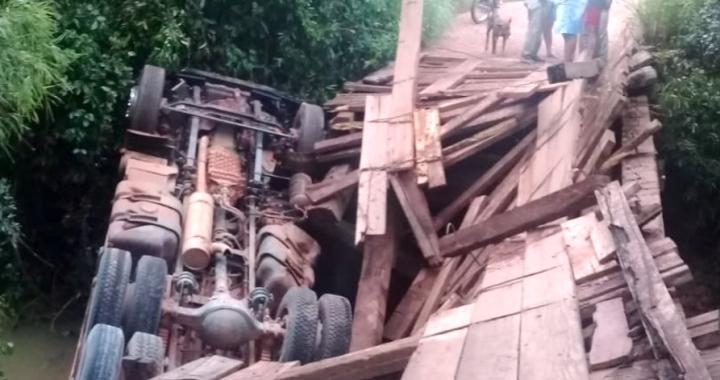 Ponte cede e caminhão cai em rio em Mato Grosso