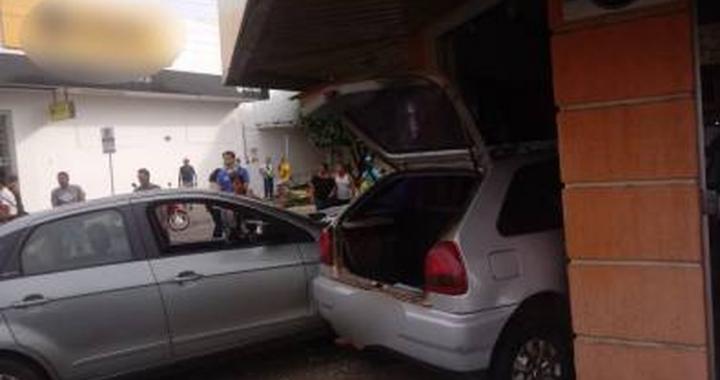 Carros invadem perfumaria e atropelam jovem que estava em calçada em MT