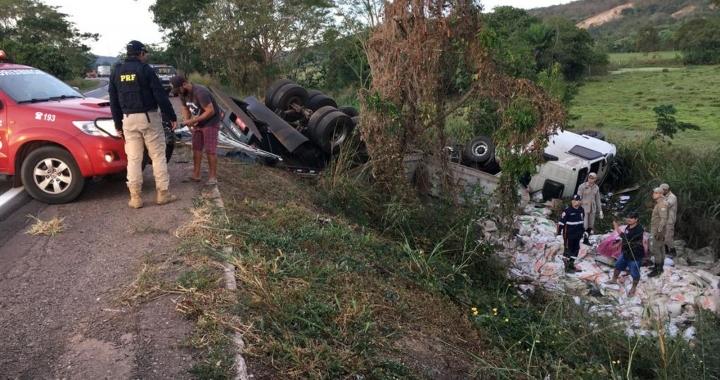 Dois motoristas morrem após caminhonete invadir pista e bater em caminhão em MT