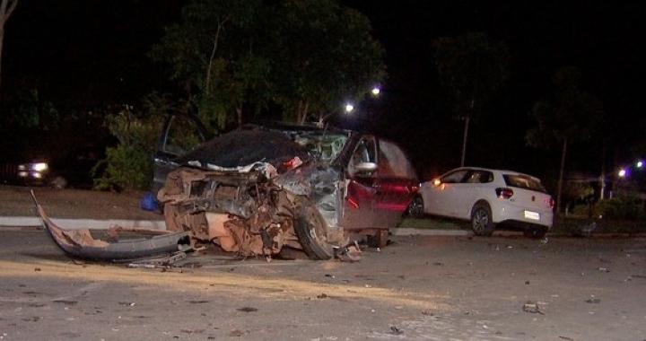 Carro dirigido por adolescente passa sinal vermelho, bate em veículo e 5 pessoas ficam feridas em Cuiabá