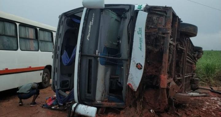 30 passageiros são socorridos após motorista perder controle e ônibus tombar em MT