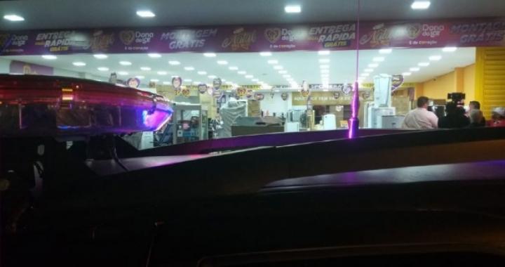 Bandidos armados invadem loja e roubam clientes e funcionários; um acaba preso