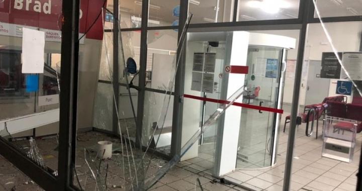 Banco fica destruído após ladrões explodirem caixas eletrônicos e furtarem dinheiro em MT