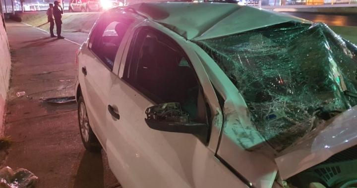 Motorista embriagado bate em muro de aeroporto após perder controle do carro em alta velocidade em MT