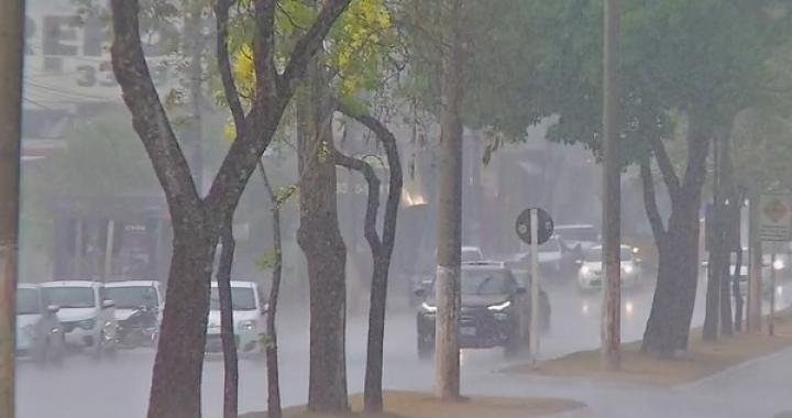 Após 4 meses de estiagem, Cuiabá amanhece com chuva neste domingo