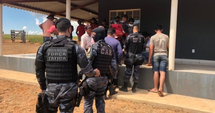 Criminosos invadem fazenda e fazem 14 funcionários reféns em MT