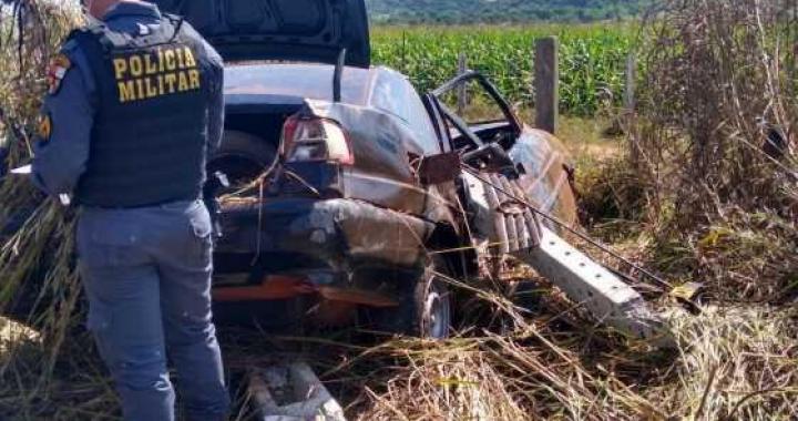 Motorista tenta desviar de buraco e capota na MT 170, próximo de Juína