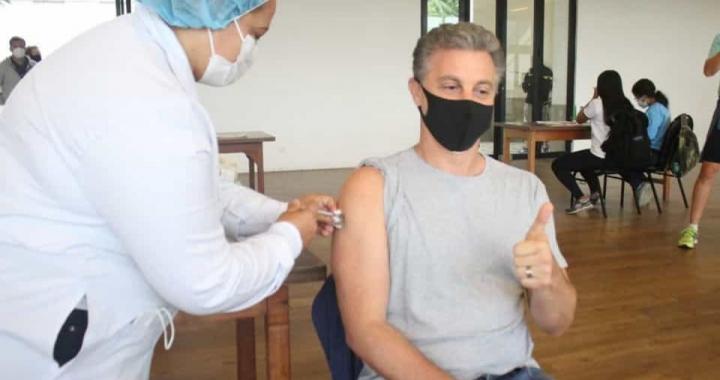Luciano Huck toma primeira dose da vacina