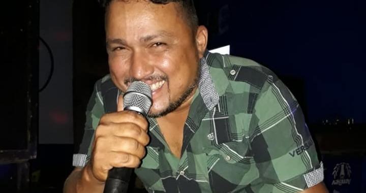 Cantor de 44 anos morre de Covid-19 durante transferência de avião para hospital em Cuiabá